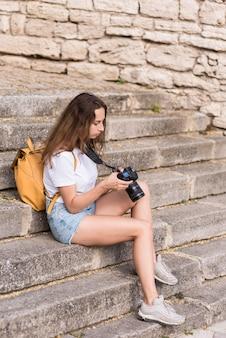 休日に写真を撮るかなり若い女の子