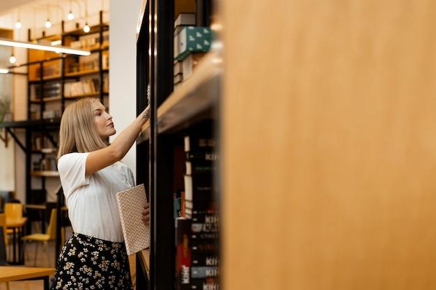 図書館で考えているかなり若い女の子