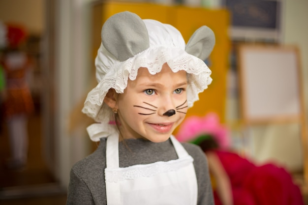 마우스 의상을 입고 아주 어린 소녀