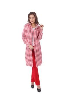 赤いトレンチを着ているかなり若い女の子