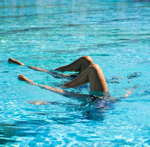 Довольно молодые девушки позируют в воде