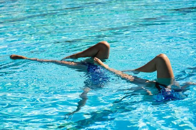 물 속에서 포즈를 취하는 아주 어린 소녀