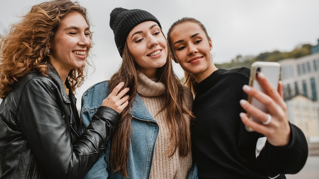 Belle ragazze giovani che prendono un selfie insieme
