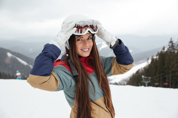 Довольно юная сноубордистка на склонах морозным зимним днем