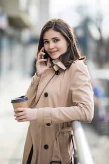 Bella giovane signora con i capelli corti, parlando al telefono con qualcuno