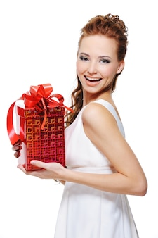 Donna che ride abbastanza giovane che tiene il regalo