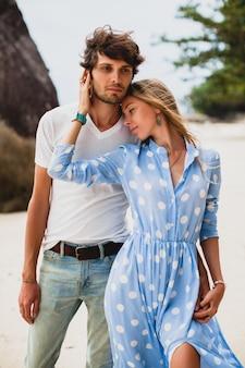 Довольно молодая стильная хипстерская влюбленная пара на тропическом пляже во время отпуска
