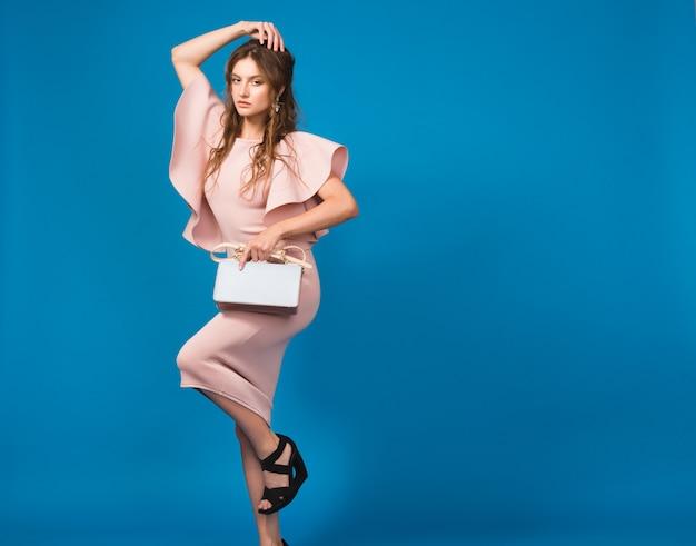 핑크 럭셔리 드레스, 여름 패션 트렌드, 세련된 스타일에 꽤 젊은 세련된 섹시한 여자, 유행 핸드백을 들고