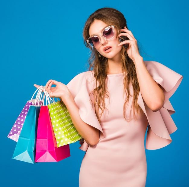 ピンクの豪華なドレスでかなり若いスタイリッシュなセクシーな女性