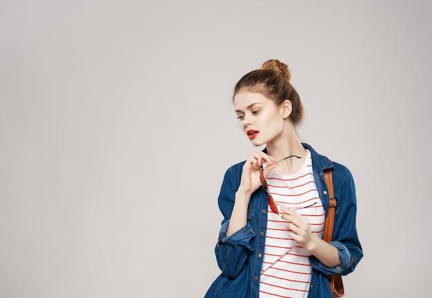 かなり若い女性のバックパックの学校の学生のモダンなスタイル。高品質の写真