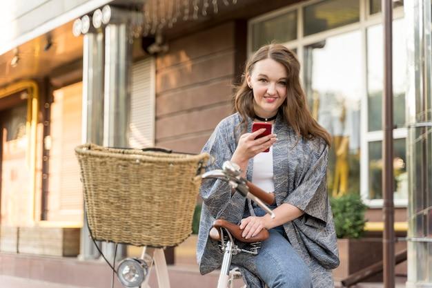 예쁜 젊은 여자 검색 휴대 전화