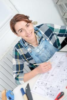 自宅でdiyの仕事をしているかなり若い女性