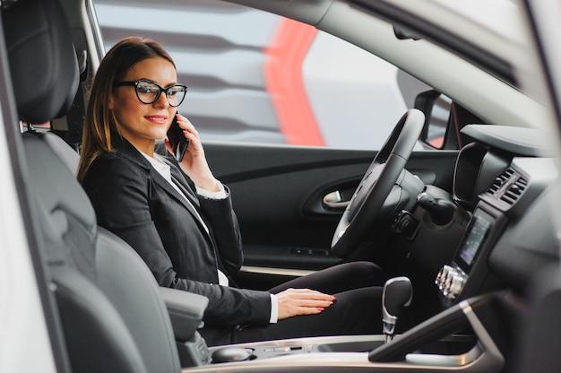 彼女の新しい車を運転してかなり若い女性