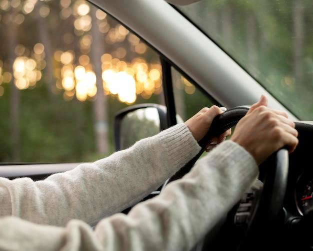Довольно молодая женщина за рулем