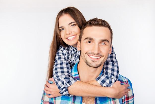 Довольно молодая женщина, обнимая своего парня