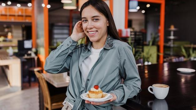Donna abbastanza giovane che gode di una pausa caffè