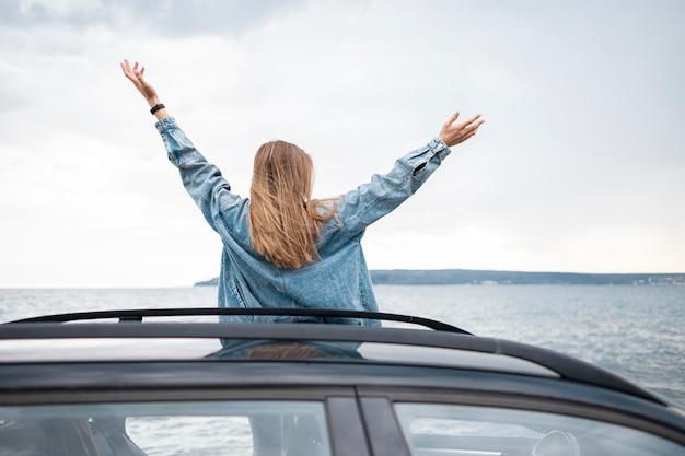 Довольно молодая женщина, наслаждаясь поездкой