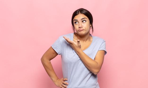Довольно молодая женщина чувствует себя смущенной и невежественной, гадая над сомнительным объяснением или мыслью