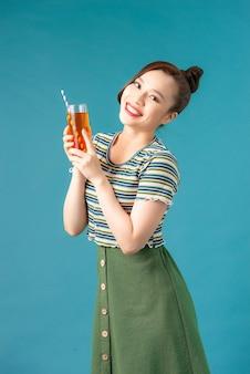 청량 음료 잔을 손에 들고 예쁜 젊은 여자