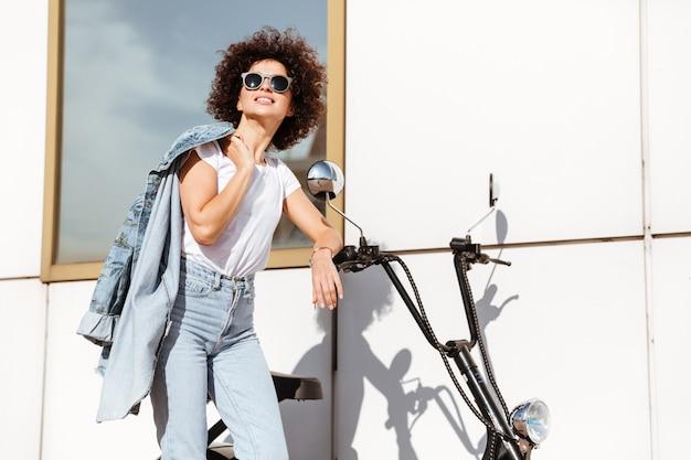 Милая молодая женщина в представлять солнечных очков