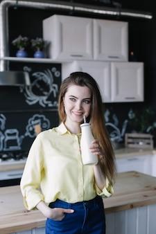 Красивая молодая женщина в современном кухонном интерьере