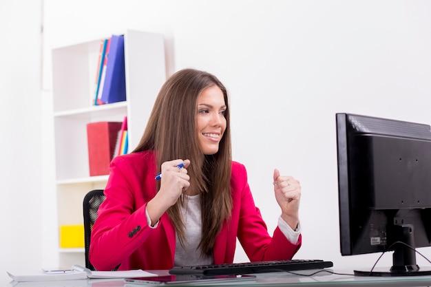 Довольно молодая женщина в офисе