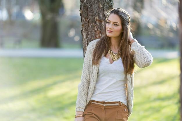 公園でかなり若い女性