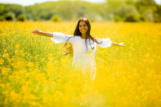 Довольно молодая женщина в поле рапса