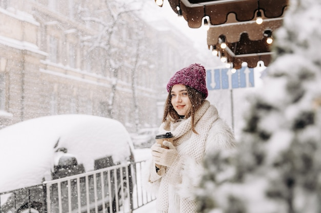降雪時に歩く冬服のかなり若い女性