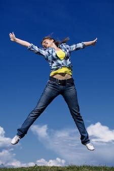 Довольно молодая женщина прыгает
