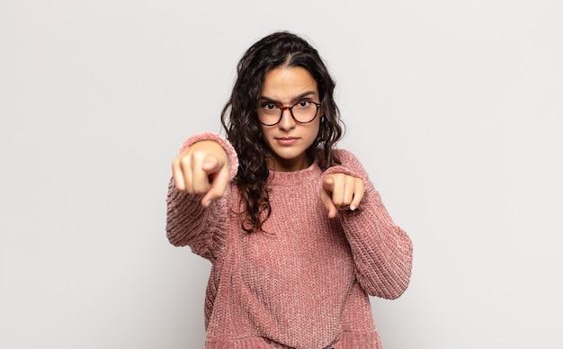 指と怒りの表情でカメラを前に向けて、義務を果たすように言っているかなり若い女性