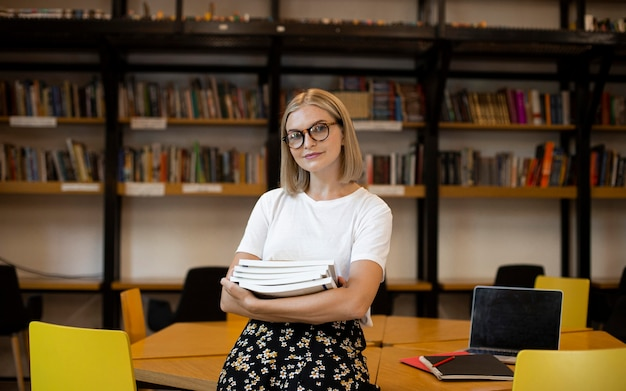 図書館でポーズをとるかなり若い女性