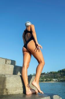 Bella giovane donna pronta per fare una nuotata