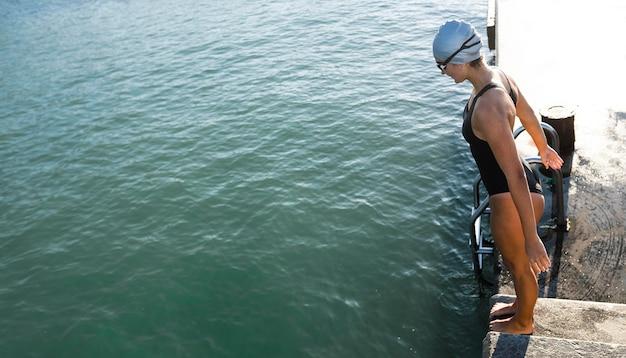 泳ぎに行く準備ができているかなり若い女性