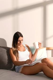 Довольно молодая женщина, расслабляющаяся дома