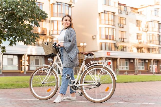 예쁜 젊은여자가 타고 자전거