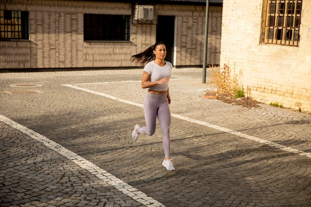 通りを走っているかなり若い女性