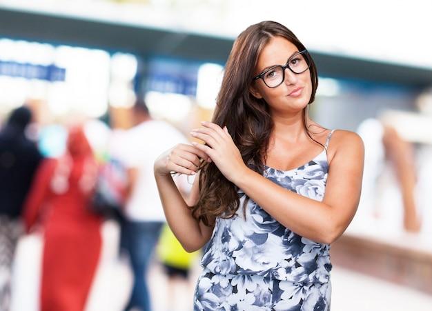 Piuttosto giovane donna di toccare i suoi capelli