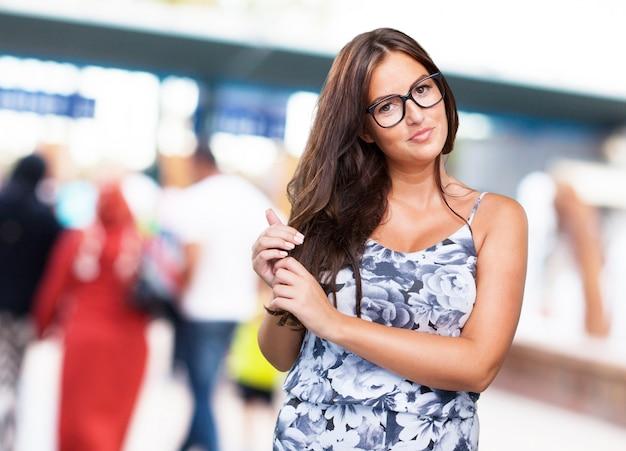 Довольно молодая женщина, касаясь ее волосы