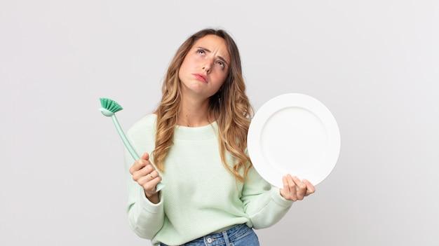かなり若い女性の食器洗いのコンセプト
