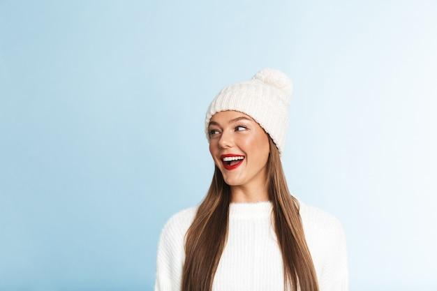 예쁜 젊은 여자 스웨터와 모자를 쓰고 멀리보고