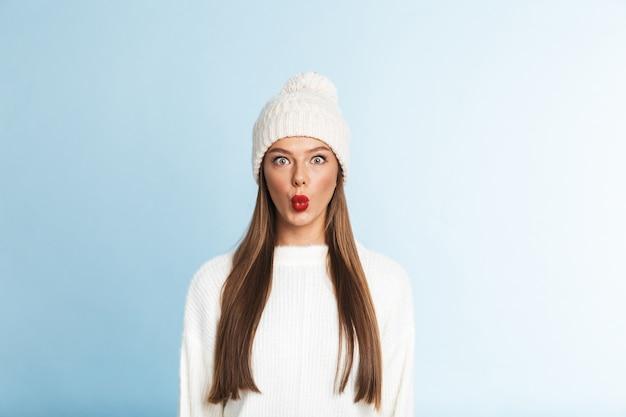 스웨터와 모자 서 입고 예쁜 젊은 여자