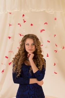 羽の背景に長い髪のかなり若い女性