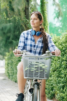 自転車を持つかなり若い女性
