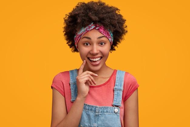 Bella giovane donna con i capelli ricci