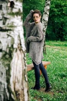 숲에서 안경으로 예쁜 젊은 여자