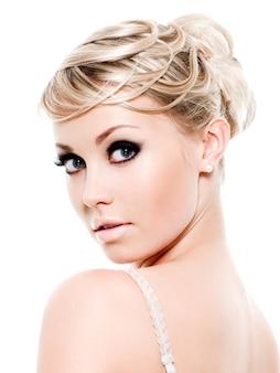 Довольно молодая женщина с модным макияжем