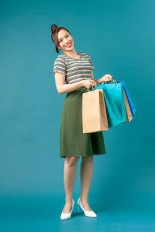 Довольно молодая женщина с покупками после покупок