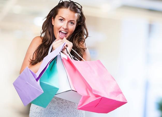 Довольно молодая женщина с сумками