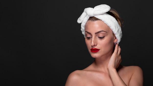 Bella giovane donna con asciugamano